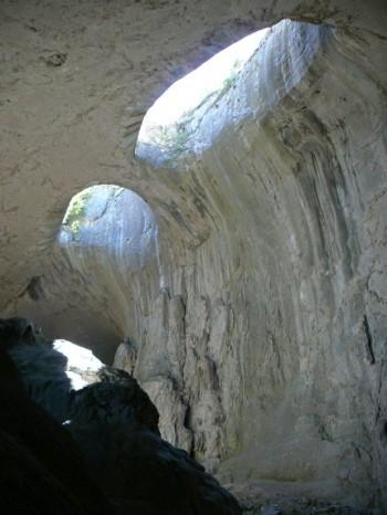 """Братството на Троянската Света подари голяма икона на Исус Христос за пещерата """"Проходна"""" край Луковит."""