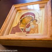 Патриарх Неофит дари на Троянския манастир уската икона на Света Богородица и младенеца